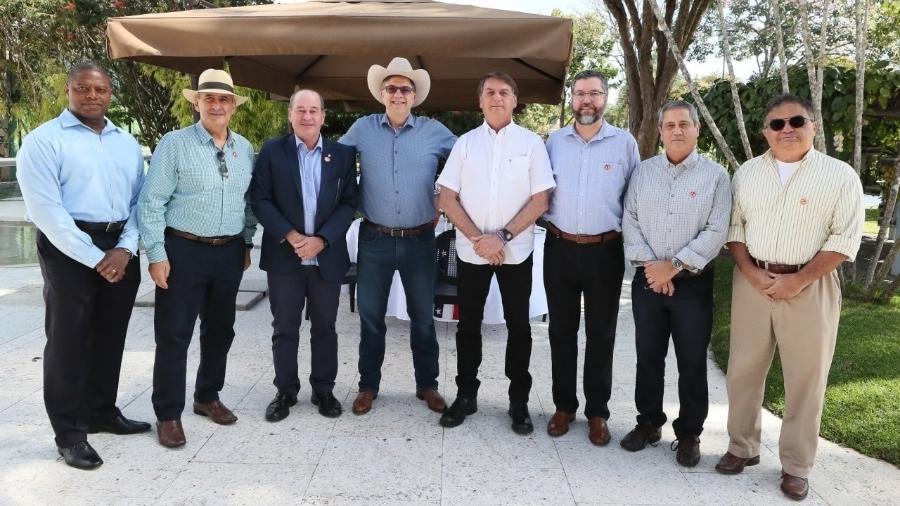 O embaixador Todd Chapman (de chapéu, ao centro) participa das comemorações da Independência americana ao lado do presidente Jair Bolsonaro e ministros - Reprodução/Facebook Jair Bolsonaro