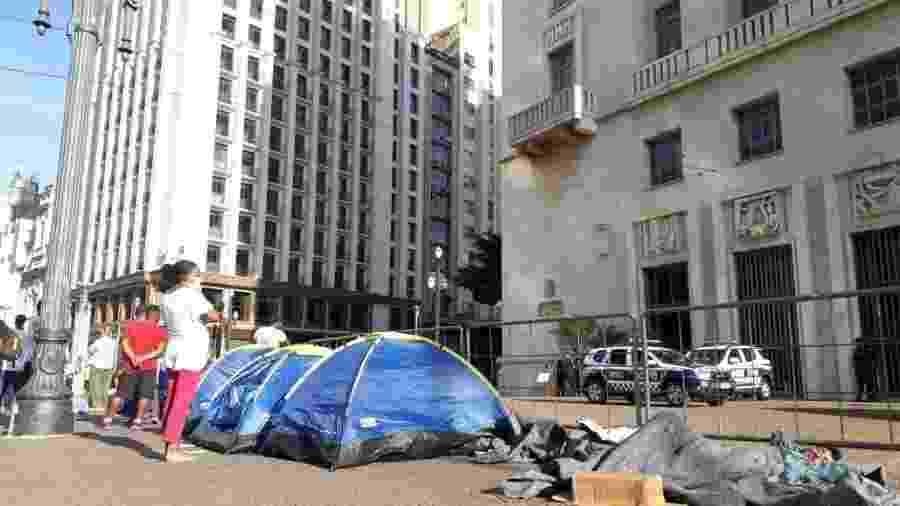 Moradores de rua acampam em frente à prefeitura de SP - Marcelo Oliveira/ UOL