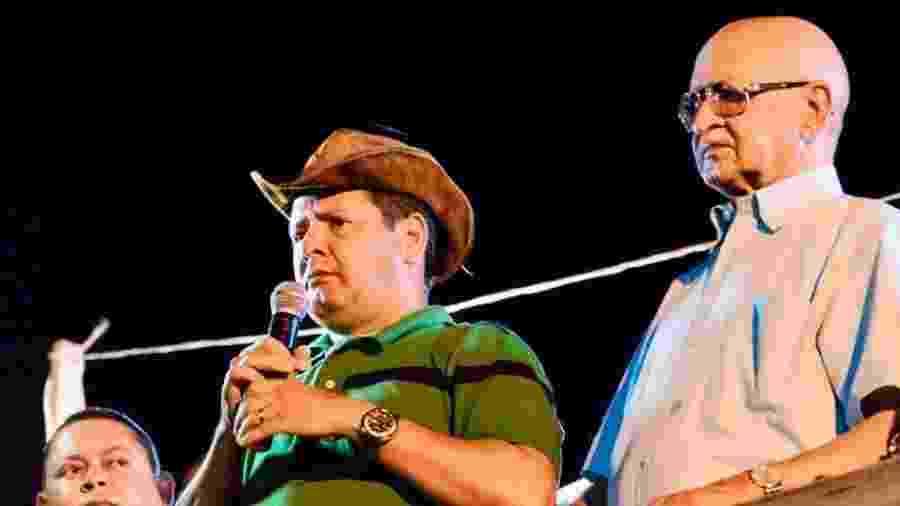 """Manoel Mariano de Sousa Filho discursa ao lado de seu pai Manoel, o """"Nenzim"""", durante a campanha eleitoral de 2016 em Barra do Corda (MA) - Redes sociais / campanha de """"Júnior do Nenzim"""" 2016"""
