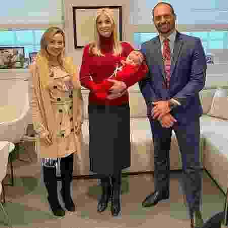 O deputado federal Eduardo Bolsonaro posa para foto com Ivanka Trump, a filha Geórgia, e a esposa Heloísa - Reprodução/Twitter