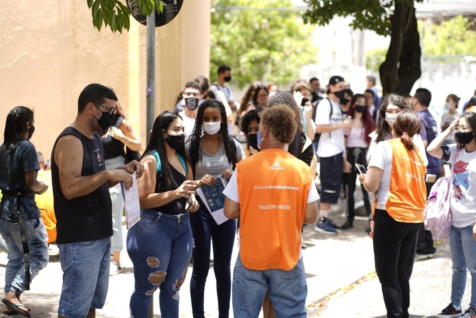 Promotores de faculdades, como da própria Unip e de outras franquias, como a Anhanguera, abordam estudantes para cadastrá-los e apresentar ofertas no valor das matrículas no 1º dia do Enem impresso em SP - André Porto/UOL
