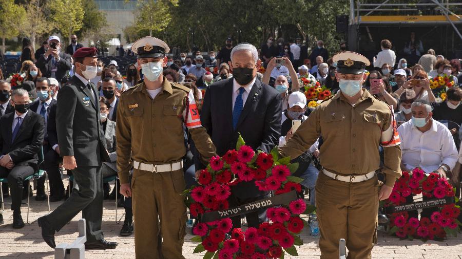 Primeiro-ministro de Israel, Benjamin Netanyahu, deposita uma coroa de flores em cerimônia que marca o Dia de Memória do Holocausto, no Memorial do Holocausto Yad Vashem, em Jerusalém - Maya Alleruzzo/Pool/AFP