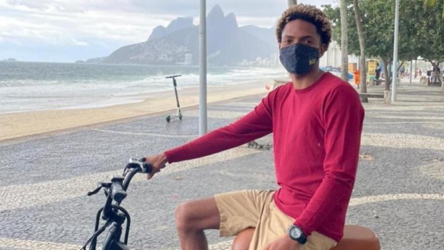O instrutor de surfe Matheus Ribeiro foi acusado por um casal de jovens brancos de ter roubado a própria bicicleta - Divulgação