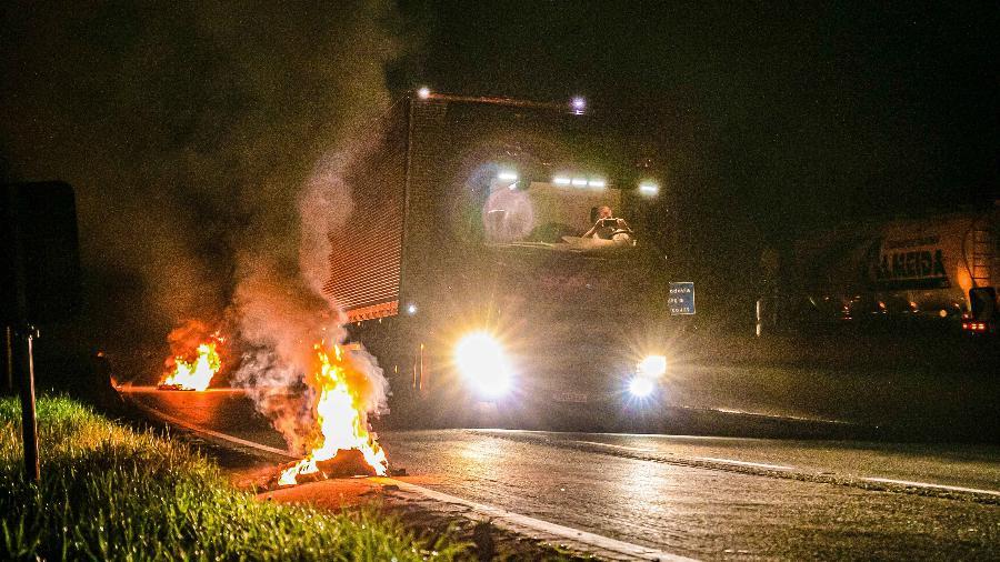 Pneus queimados em ponto de bloqueio de caminhoneiros na BR-101, próximo à cidade de Curitiba (PR)  - BRUNO RUAS/ISHOOT/ESTADÃO CONTEÚDO