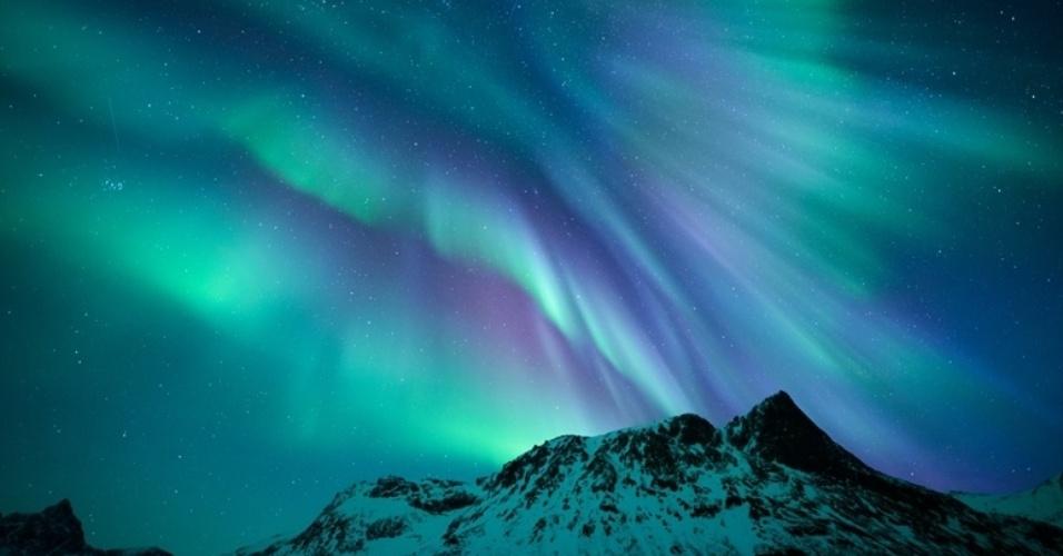 8.jul,2015 - O Museu de Greenwich, em Londres, anunciou as imagens finalistas de sua competição anual 'Insight - Fotógrafo de Astronomia do Ano'.  Os vencedores das nove categorias e dois prêmios especiais serão anunciados no dia 17 de setembro. A aurora boreal reaparece em outra foto realizada na Noruega, capturada por Rune Engebo