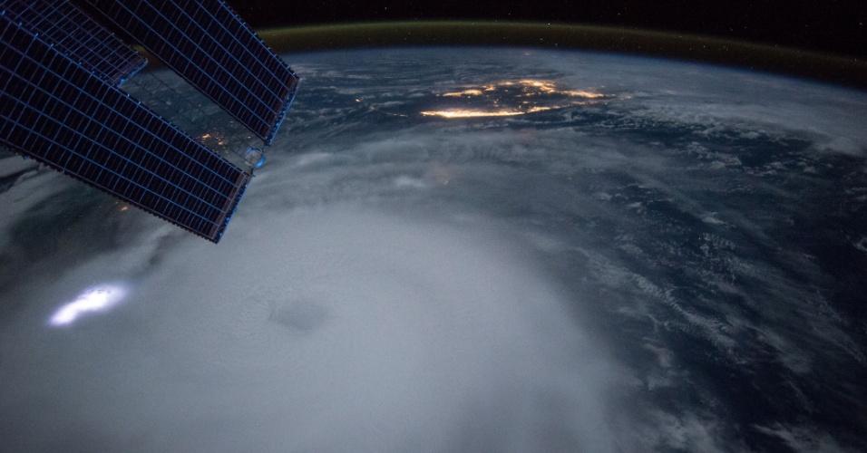 2.out.2015 - O astronauta Scott Kelly, da Estação Espacial Internacional, registrou o momento em que o furacão Joaquim se aproxima das Bahamas
