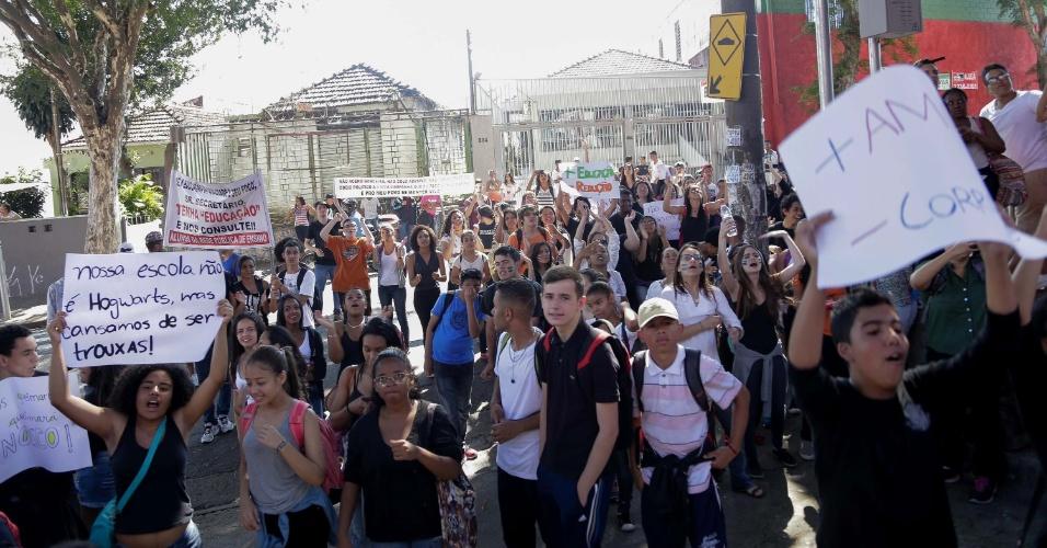 7.out.2015 - Estudantes bloqueiam a Avenida Engenheiro Caetano Álvares, na Zona Norte de São Paulo (SP), na manhã desta quarta-feira (7). A manifestação é contra a medida anunciada pelo secretário estadual da Educação, Herman Voorwald, de reorganizar as escolas públicas do Estado por ciclos