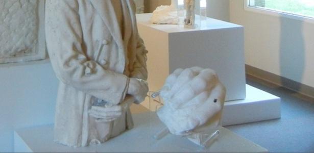 Foto sem data mostra a mão de Abraham Lincoln feita por George Grey Barnard no Kankakee County Museum, Illinois (EUA); peça está sumida desde 11 de dezembro de 2015