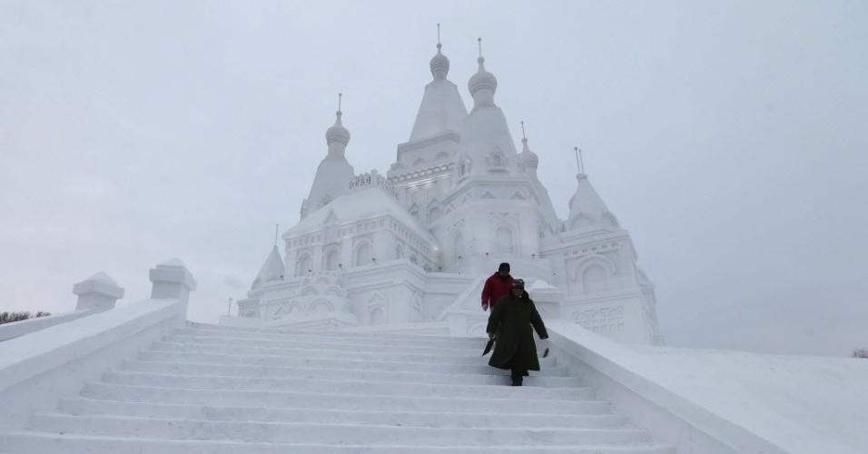 5.jan.2016 - Chineses caminham em frente a um castelo feito de gelo e neve durante festival de inverno em Harbin, na China. O evento começou oficialmente nesta terça-feira (5) e convida o público a aproveitar o frio de maneiras inusitadas
