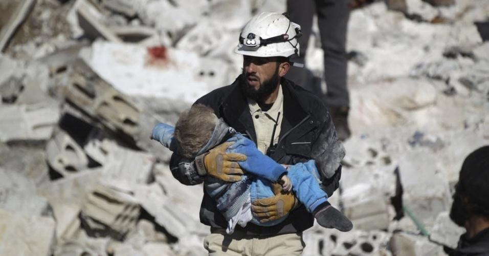 9.jan,2016 - Homem carrega corpo de criança em local atingido por bombardeios de forças russas em Maaret al-Numan, na Síria, região controlada por rebeldes. Ao menos 39 pessoas morreram. O ataque tinha como alvo um edifício que a Al-Qaeda utiliza como prisão. Segundo o Obsevatório Sírio de Direitos Humanos, dentre as vítimas estão cinco civis, incluindo uma criança, que estavam em mercado perto do presídio
