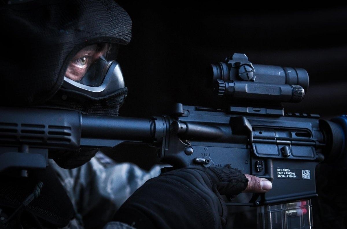 13.jan.2016 - Um aviador da força de segurança segura sua arma durante treinamento de combate na base aérea de Ramstein, na Alemanha, em exercício da Força Aérea dos Estados Unidos no dia 30 de maio de 2015. A fotografia está entre as mais belas imagens da Força Aérea americana tiradas em 2015, segundo ranking do site Business Insider