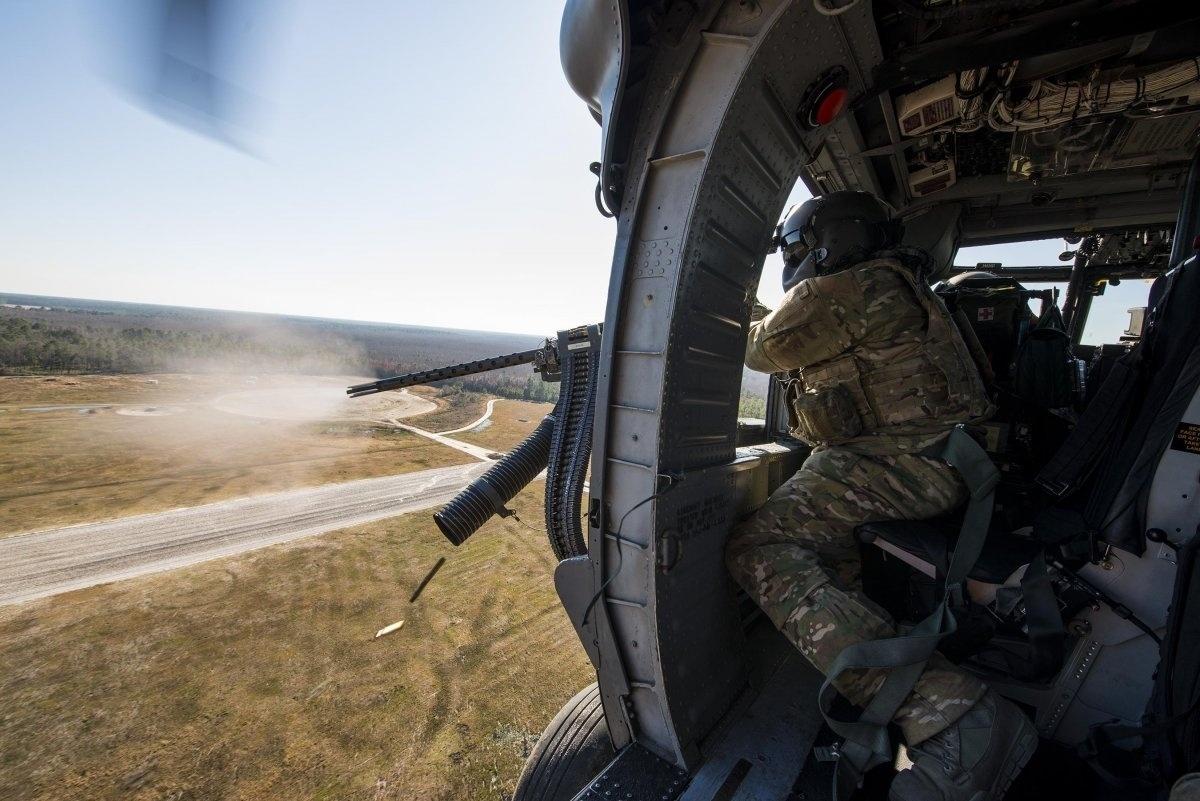 13.jan.2016 - Um sargento da Força Aérea dos Estados Unidos disparou uma metralhadora durante uma simulação de ataques na Geórgia, em fevereiro de 2015. A foto está na lista das melhores imagens da Força Aérea americana tiradas em 2015 e selecionadas pelo site Business Insider