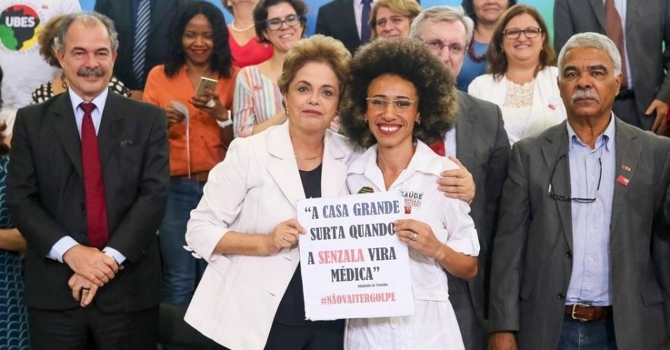 12.abr.2016 - A presidente Dilma Rousseff abraça a estudante de medicina Suzane da Silva depois de ela ter sido amplamente aplaudida ao falar sobre educação e racismo em encontro de estudantes e professores em Brasília (DF)