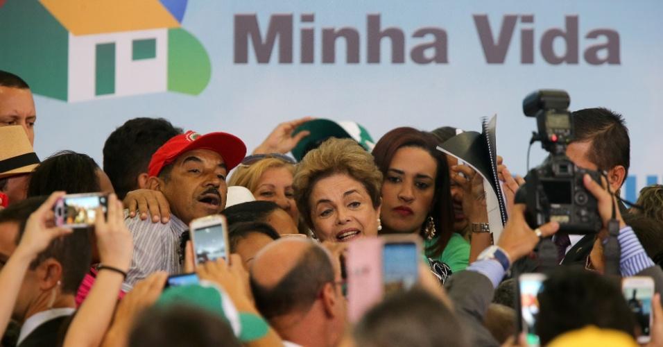 6.mai.2016 - A presidente Dilma Rousseff posa para fotos após anúncio da contratação de 25 mil unidades do Minha Casa, Minha Vida, no Palácio do Planalto, em Brasília