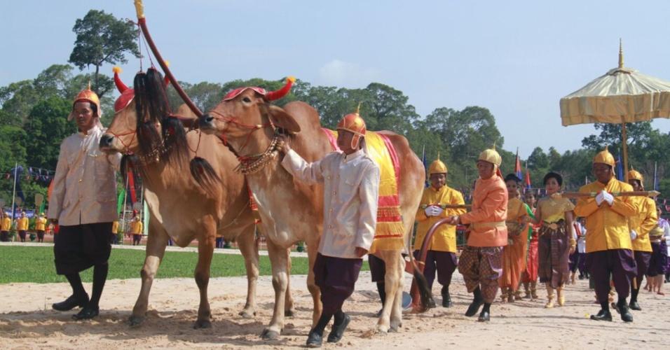24.mai.2016 - Governo da província de Siem Reap, no Camboja, realiza cerimônia oficial para promoção da agricultura local. O governador da região, Khim Bun Song, procurou transmitir confiança na safra deste ano, apesar do país enfrentar atualmente a mais grave seca em mais de cinquenta anos