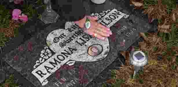 23.mar.2016 - Matilda Wilson limpa o túmulo de sua filha, Ramona, em Smithers, no Canadá - Ruth Fremson/The New York Times - Ruth Fremson/The New York Times