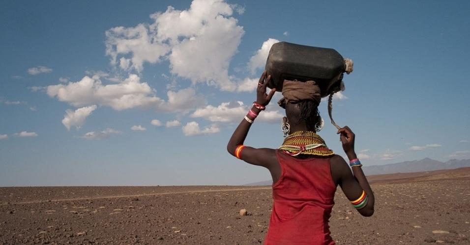 6.jun.2016 - Uma mulher carrega um galão de água potável no Quênia. O país sofre com a escassez de água, primeiro pelo tempo instável e depois pela condições sanitárias decorrentes da superpopulação