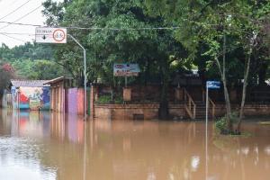 O rio da cidade de Piracicaba transbordou e invadiu algumas ruas