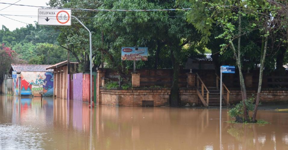 7.jun.2016 - O rio da cidade de Piracicaba, no interior de São Paulo, transbordou e invadiu algumas ruas da cidade. As fortes chuvas que atingiram a região provocaram alagamentos, quedas de árvores, e deixaram deixou 22 mil pessoas sem energia por pelo menos duas horas