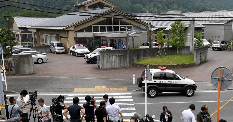 26.jul.2016 - A polícia japonesa mantém isolada nesta terça-feira (26) a clínica para pessoas com deficiência onde 19 pessoas foram mortas a facadas em um ataque executado por um ex-funcionário do local. O governo do país afirmou que a ação não é um fato vinculado com o terrorismo jihadista