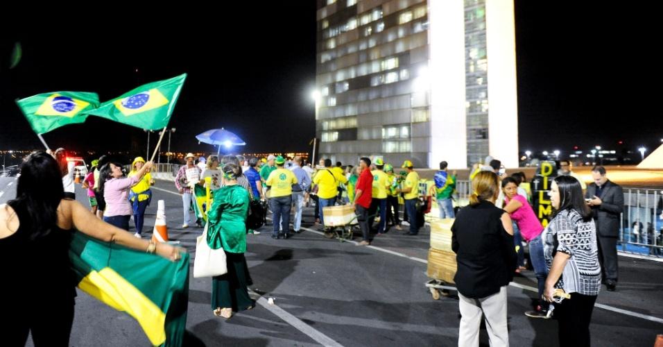 9.ago.2016 - Manifestantes que são a favor do processo de impeachment da presidente afastada Dilma Rousseff espero do lado de fora o resultado da votação sobre o julgamento do processo, na frente do Senado Federal