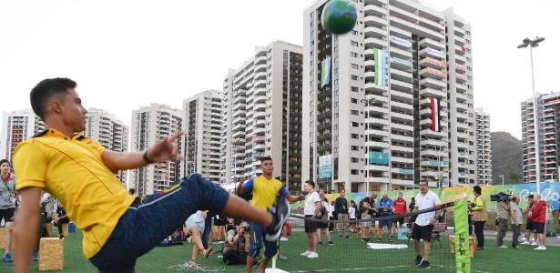 Jovens se divertem na Vila Olímpica, no Rio de Janeiro