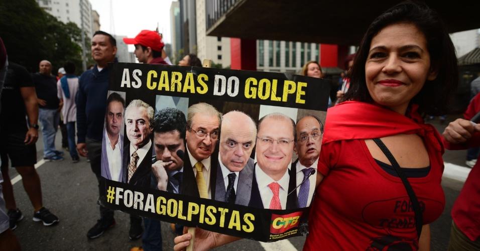 """4.set.2016 - Manifestante leva cartaz com """"as caras do golpe"""" na avenida Paulista, em São Paulo. Ato contra Michel Temer foi convocado por centrais sindicais e movimentos sociais"""