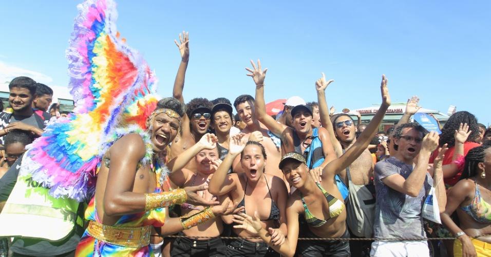 11.dez.2016 - Participantes da 21ª Parada do Orgulho LGBT do Rio de Janeiro posam para foto na orla de Copacabana, zona sul da cidade