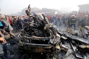 Atentado com carro-bomba deixa 12 mortos e 25 feridos em Bagdá (Foto: WISSM AL-OKILI/Reuters)