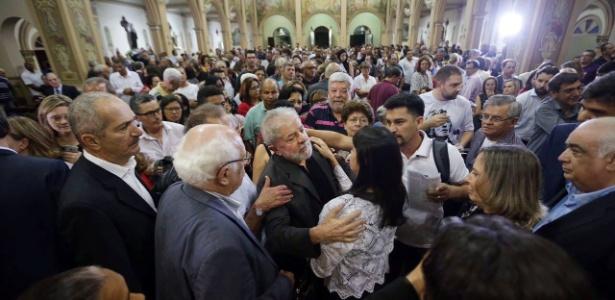 09.fev.2017 - Ex-presidente Lula recebe cumprimentos na missa de sétimo dia da ex-primeira-dama Marisa Letícia na Igreja Matriz de São Bernardo do Campo (SP)