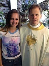 O padre Osmar Burille, de União da Serra (SC), e a filha Samara