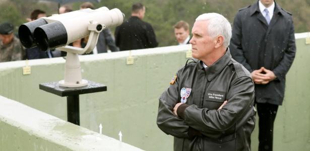 O vice-presidente dos EUA, Mike Pence, observa o lado norte da fronteira entre as duas Coreias em um posto de observação na zona desmiliitarizada, em Paju, Coreia do Sul