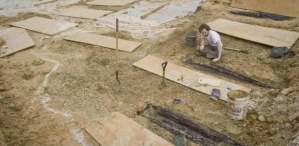 Caixões foram descobertos durante construção de estrada próximo ao campus