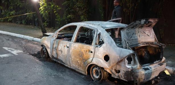 Bombeiros foram acionados para combater as chamas no veículo e encontraram o corpo