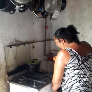 Lúcia da Silva, 40, produz gás de cozinha com biodigestor que usa esterco