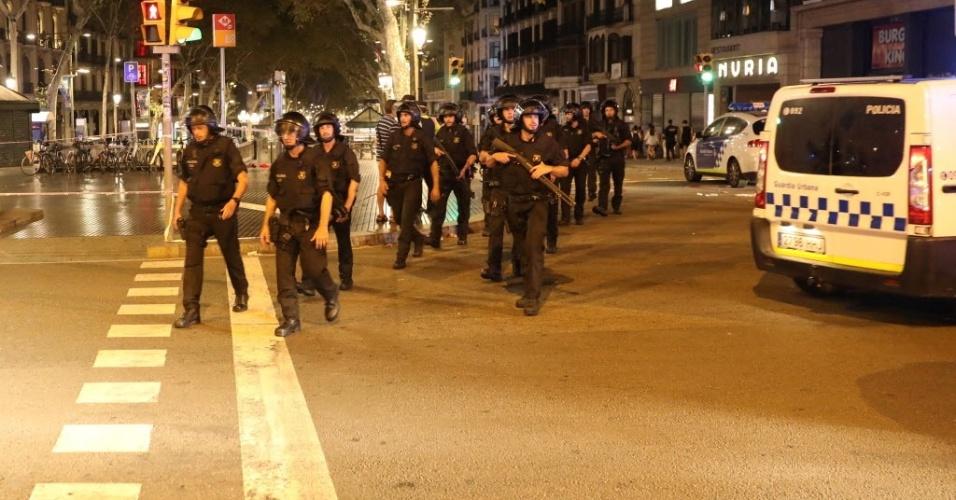 17.ago.2017 - Policiais reforçam a segurança na região onde ocorreu o atentado em Barcelona, que deixou mortos e centenas de feridos. O ataque nas Ramblas [um calçadão de pedestres e importante ponto turístico da cidade] foi reivindicado pelo Estado Islâmico