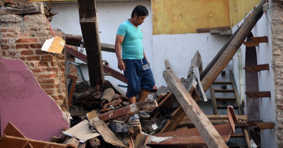 9.set.2017 - Homem caminha em meio aos escombros de um prédio que caiu após o terremoto que atingiu fortemente Juchitan, no México
