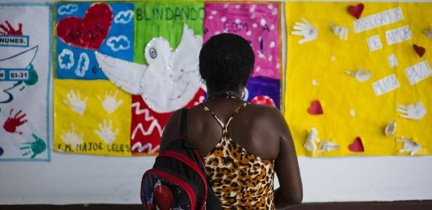 19.out.2017 - Cartazes pedem paz na escola onde Maria Eduarda foi vítima de bala perdida