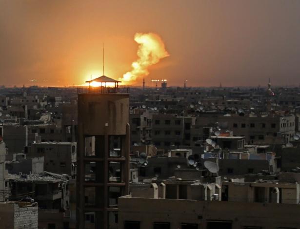 Chamas atingem prédios na cidade de Guta após ataque das forças rebeldes nesta 4ª