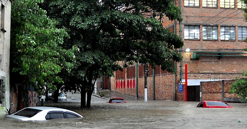 20.mar.2018 - Chuva causa enchentes e cobre carros na Vila Pompeia, zona oeste de São Paulo