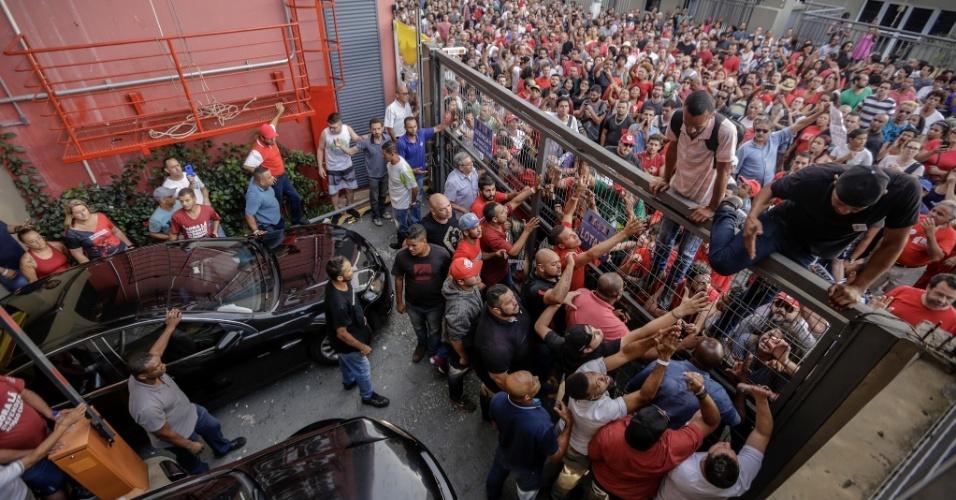 7.abr.2018 - Militantes fecham saída do Sindicato dos Metalúrgicos do ABC, em São Bernardo do Campo (SP), enquanto ex-presidente Lula tenta deixar o local de carro para se apresentar à Polícia Federal em Curitiba