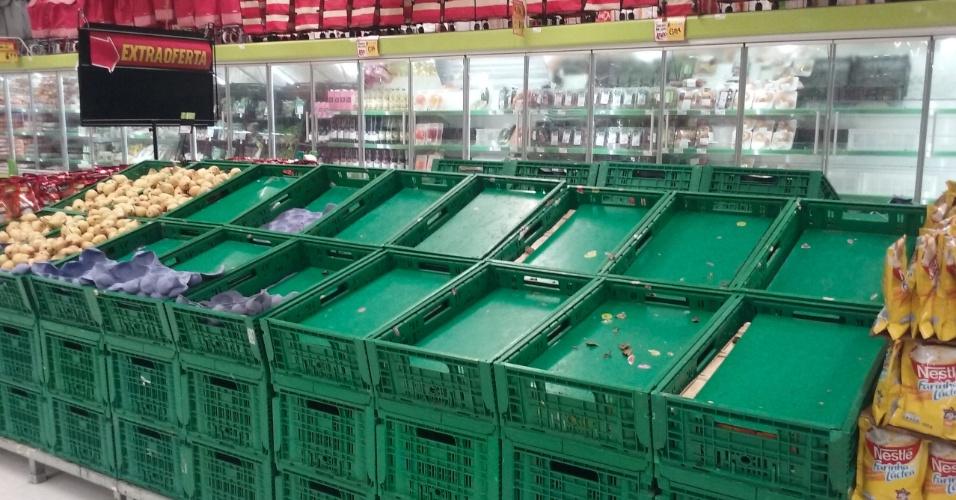 Vários produtos em supermercados começam a faltar devido à paralisação dos caminhoneiros, em Natal (RN), nesta segunda-feira (28). Na imagem, cestas de peras e maçãs vazias