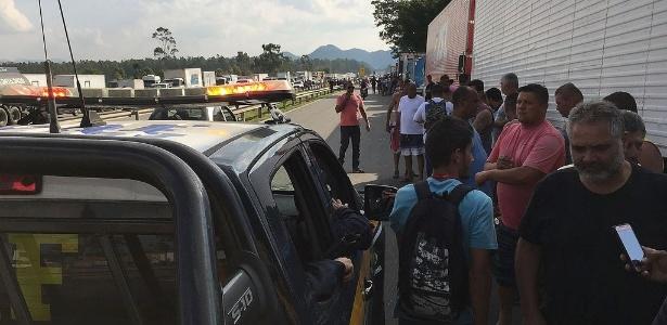 Manifestação de caminhoneiros contra o reajuste nos preços do óleo diesel travando pontos da Rodovia Presidente Dutra, que liga São Paulo ao Rio de Janeiro