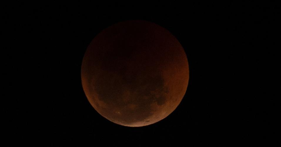 27.jul.18 - A lua cheia vista do centro da cidade do Rio de Janeiro
