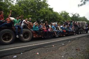 Caravana de migrantes: milhares desafiam Trump, entram no México e seguem sua marcha rumo aos EUA (Foto: ORLANDO ESTRADA/AFP)