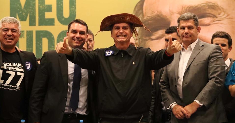 11.out.2018 - O candidato do PSL à Presidência da República, Jair Bolsonaro, participa de coletiva de imprensa na tarde desta quinta-feira, 11, após se reunir com os 52 deputados federais e quatro senadores eleitos pelo partido nas eleições 2018, além de parlamentares que demonstraram apoio à sua candidatura, no Windsor Barra Hotel, na zona oeste do Rio de Janeiro