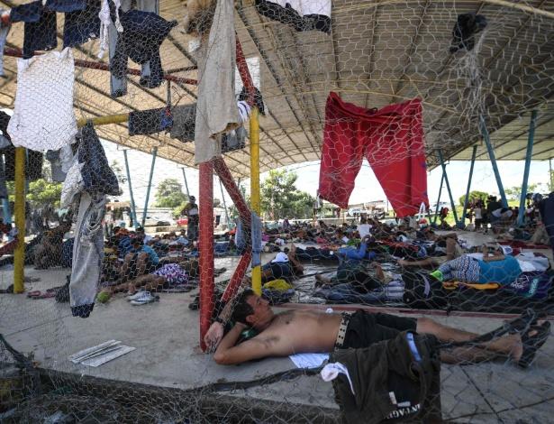 23.out.2018 - Migrantes hondurenhos que participam da caravana em direção aos EUA descansam em um acampamento improvisado em Huixtla, estado de Chiapas, no México - PEDRO PARDO/AFP