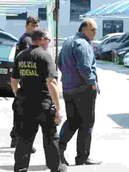 29.nov.2018 - Pezão acompanhado por policiais após ser preso - Adriano Ishibashi/Framephoto/Estadão Conteúdo