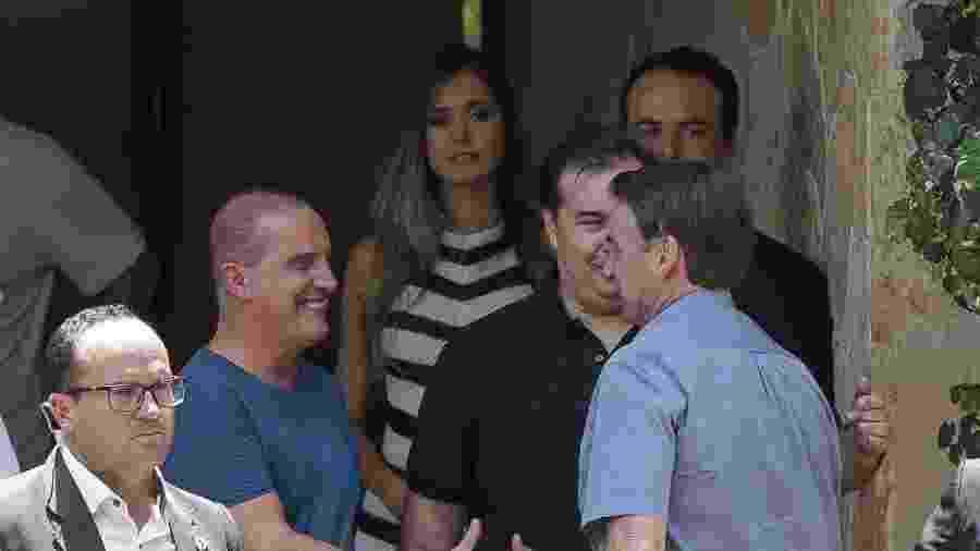 O presidente Jair Bolsonaro é recebido pelo presidente da Câmara, Rodrigo Maia (DEM-RJ) e pelo ministro Onyx Lorenzoni (Casa Civil) ao chegar para almoço na residência oficial da Câmara - Pedro Ladeira/Folhapress