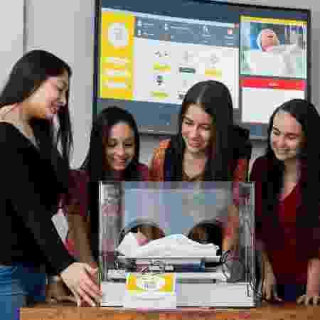 Estudantes do projeto posam ao lado do protótipo - no futuro, ideia é usar inteligência artificial  - Divulgação / PUC Poços de Caldas